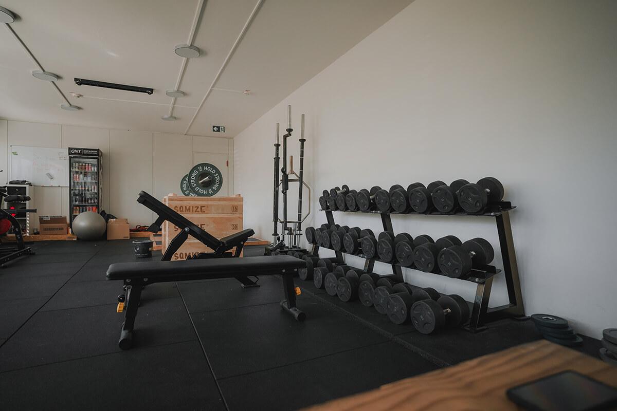 Kraftraum Gewichte und Gewichtheber Plattform Max Wils Athletics