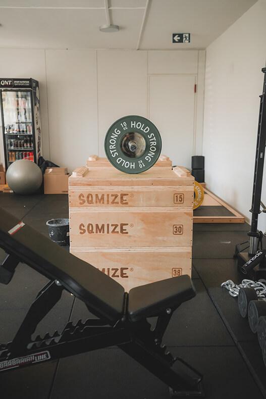 Kraftraum Weightlifting Langhantel mit Boxen und Gewichten
